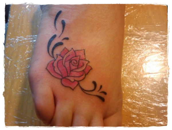Rose-Tattoo-Pattern-on-Foot-for-Teenager-Girls-2011-520x390