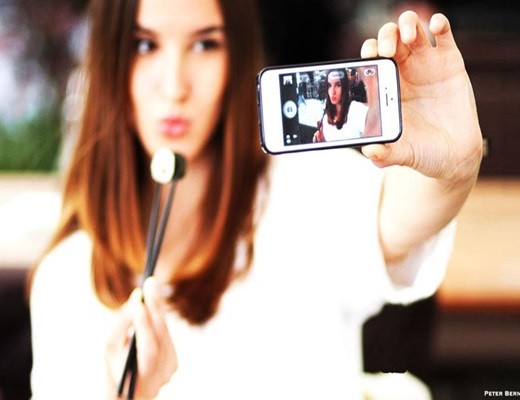 How to take an Attractive Selfie Feature Image